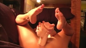 Hot brunette fuks herself with huge brutal dildo toy