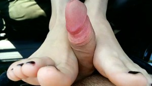 He fucked my pussy in the car and i made him footjob and cum