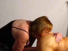Schlampe Hausfrau leckt Freund Arsch ab und blu00e4st sein gepiercgt Penis