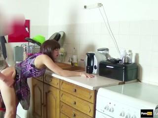 Nevlastnú matku šuká synov kuchyni