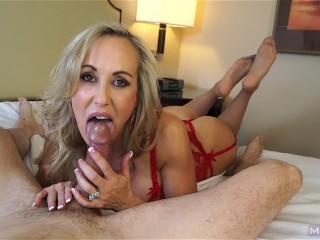 Sexy MILFKa erotickom spodnom prádle dráždi penis