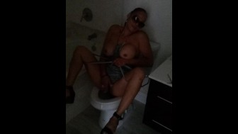 playing with pussy n bathroom