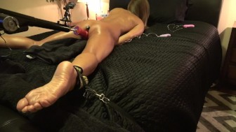 HOT AMATEUR BREAKS RESTRAINT FUCKING 3 HEADED DILDO ON FUCK MACHINE