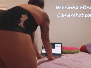 Muscle cute brazilian girl doing striptease - Bruninha no strip