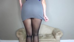 So erotic ! Hot blonde secretary in tight skirt& stockings shakes her ass !