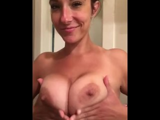 Princesssummersky plays with her milf boobs