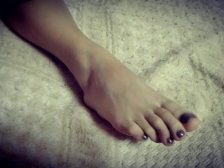 SEXY FEET WIFE WET BARE FOOTJOB HUGE CUMSHOT ON HER FEET AND HER LONG TOES