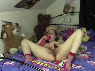 Schulmädchen reitet ihren Teddybär & fickt ihre Haarige Pussy