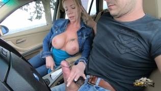 Lara De Santis – bellissima tettona spompina e fa una sega in macchina