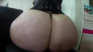 Jolie femme en corset noir secoue son cul énorme et se fait baiser !