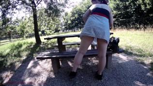 Nascosti nel parco lei si tocca e gode lui fa il voyeur (dialoghi ita)