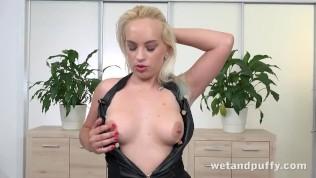 Priveste Cum Madalina Blonda Se Masturbeaza