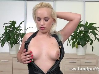juicy cunt gets treated well by this hot blonde