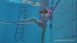 enjoy roxalana underwater naked in hot pool