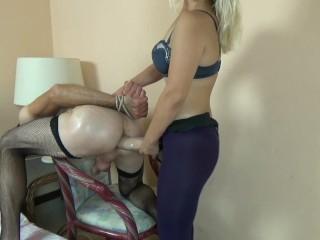 Erotic Strapon Pegging man with euro girl mistress in resort (Страпонит парня)