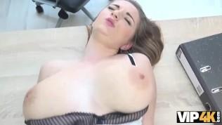 VIP4K. Sex casting aide hottie à obtenir du crédit pour