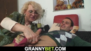 Sexy mature woman pleases...