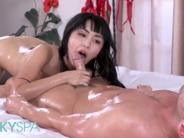 Ungezogene asiatische Masseurin Marica Hase befriedigt den Monsterschwanz des Kunden