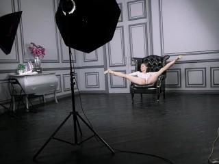 Klara Lookova stretches her pussy on splits
