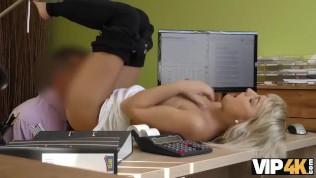 vip4k. die sexy blonde engelin katy rose übergibt gerne das schmutzige