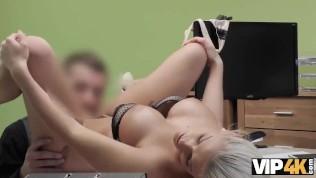 VIP4K. Gebräunte Schönheit Blanche übergibt schmutziges
