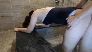 College girl fuck in swimsuit 浴室操大奶小姊姊