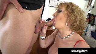 Толстая белая девушка с большой шикарной задницей, босс, леди Сара Джей, трахает в рот большой черный член и доит его досуха!