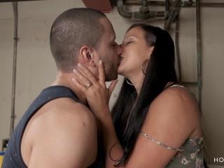 Jolla seduce a un hombre gay casado con su magia sensual