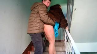 Встретил соседку в шубе и трахнул ее в подъезде, пока муж был на работе!