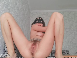 TEEN STRETCHES HER HAIRY PUSSY WITH A BIG ZUCCHINI AND SQUIRTS