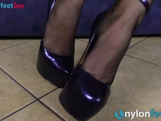 Redhead Shows Off Big Ass And Feet In Black Pantyhose