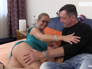 Reife Swinger - Big Boobs Mature Housewife Gets Fucked By Two Studs
