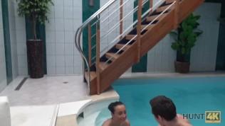 HUNT4K. Hottie möchte Spaß im Pool haben, warum also Besitzer gefällt