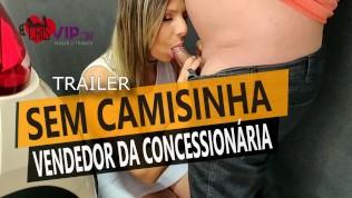 Cristina Almeida se exibe para o vendedor na frente do marido corno e depois é fodida sem camisinha.