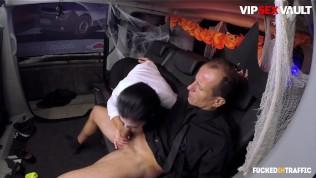 FuckedInTraffic – HALLOWEEN Jasmine Jae – грудастая британская полицейская жестко трахается в машине – VIPSEXVAULT