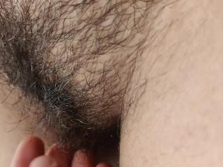 Enfoncer une chatte serrée poilue et sperme à l'intérieur